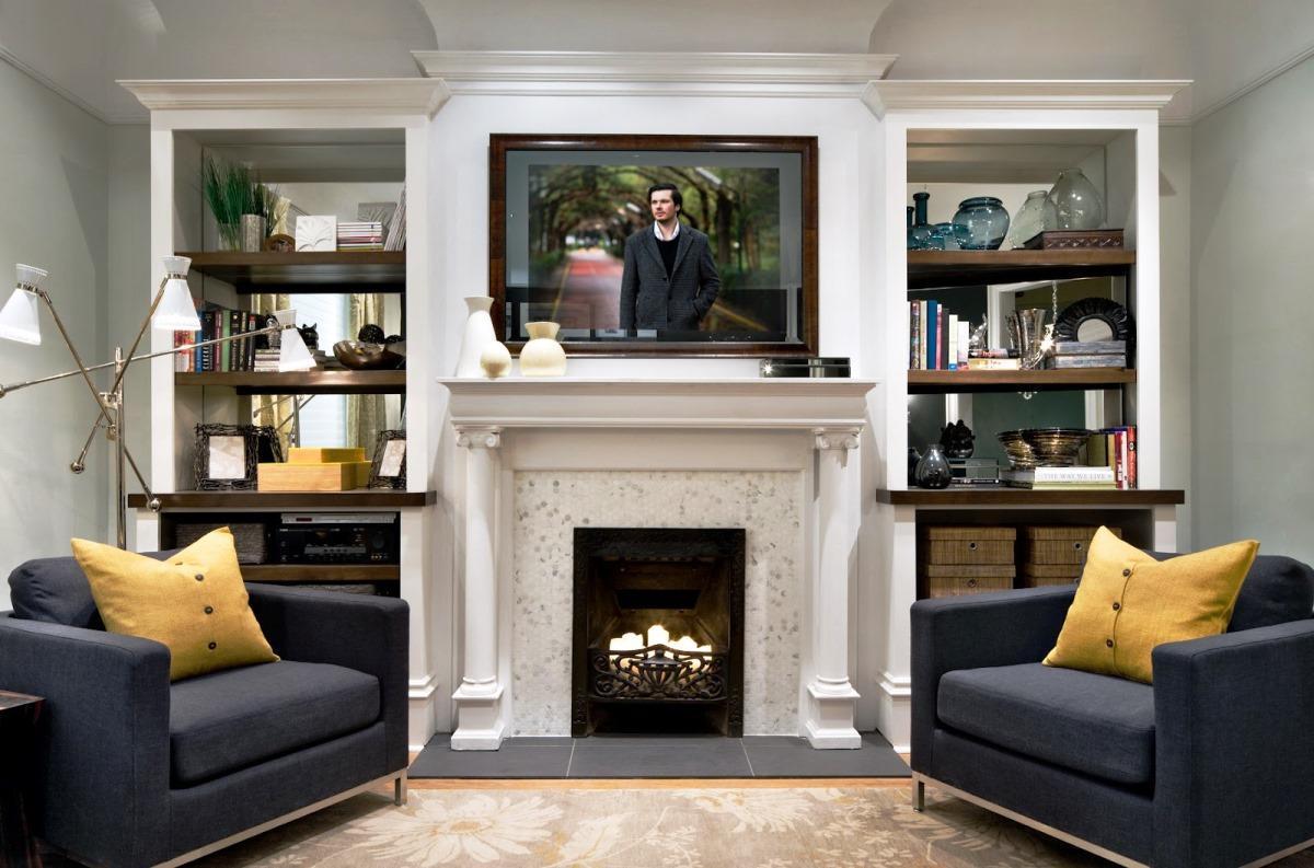 La chimenea está integrada en la pared de los muebles con un ...